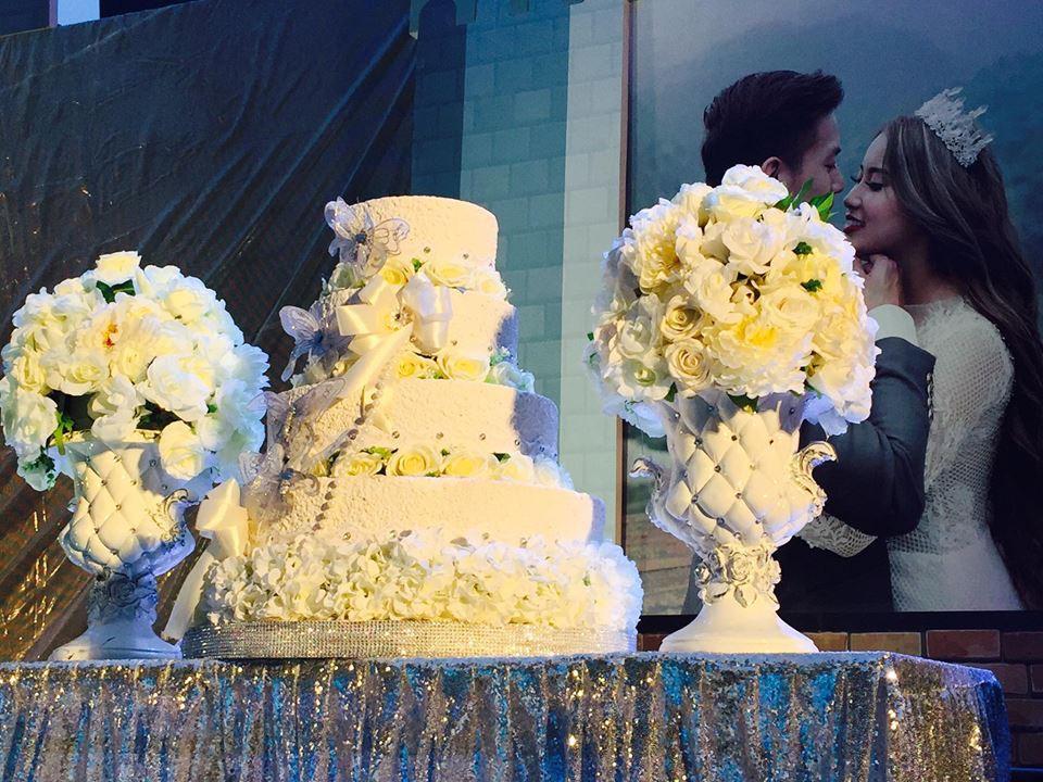 Lễ báo hỉ hoành tráng pool party ở Buôn Mê Thuột riêng tiền trang trí hết 200 triêu, 1.000 khách mời, sân khấu như lâu đài - Ảnh 4.