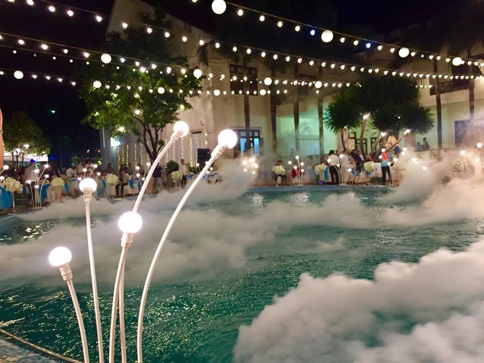 Lễ báo hỉ hoành tráng pool party ở Buôn Mê Thuột riêng tiền trang trí hết 200 triêu, 1.000 khách mời, sân khấu như lâu đài - Ảnh 2.