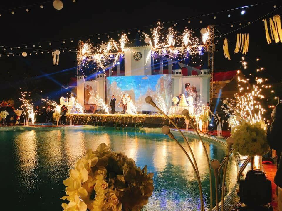 Lễ báo hỉ hoành tráng pool party ở Buôn Mê Thuột riêng tiền trang trí hết 200 triêu, 1.000 khách mời, sân khấu như lâu đài - Ảnh 5.