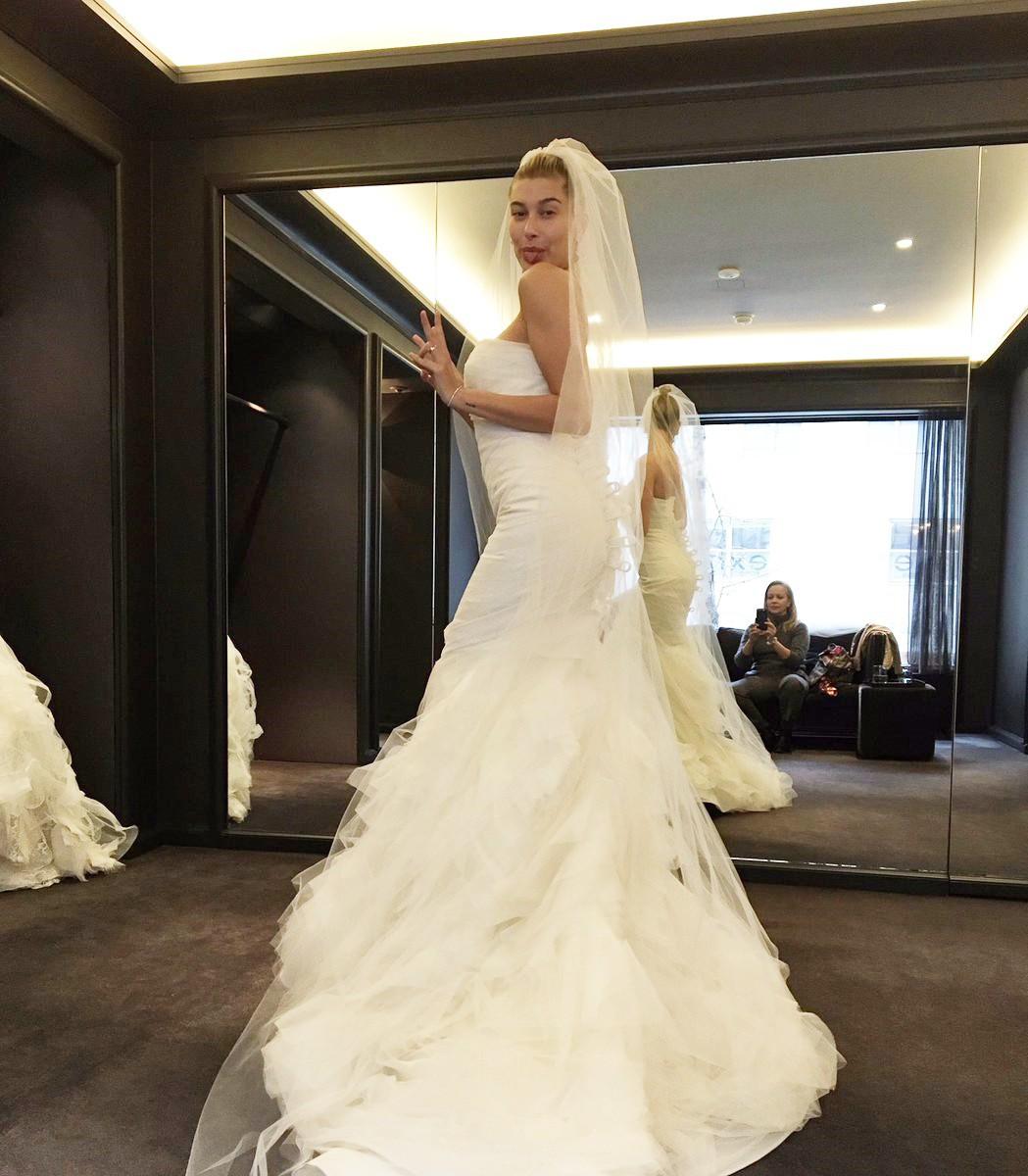 Xôn xao hình ảnh Hailey Baldwin đi thử váy cưới để chuẩn bị làm cô dâu xinh đẹp của Justin Bieber - Ảnh 1.