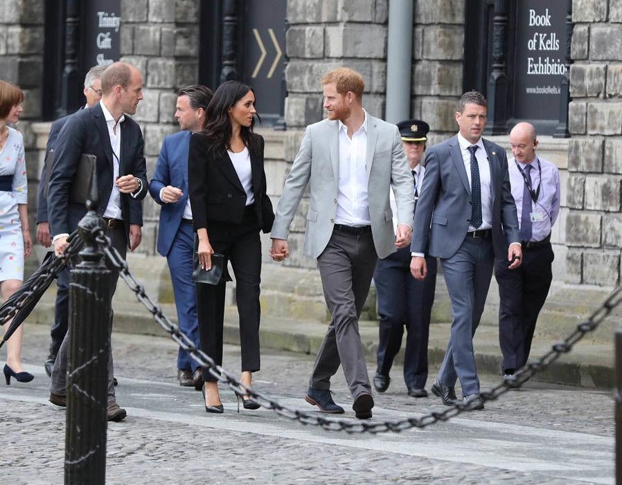 Meghan cùng chồng liên tục thể hiện tình cảm, Harry nói về việc sinh con trong chuyến công du đầu tiên - Ảnh 5.