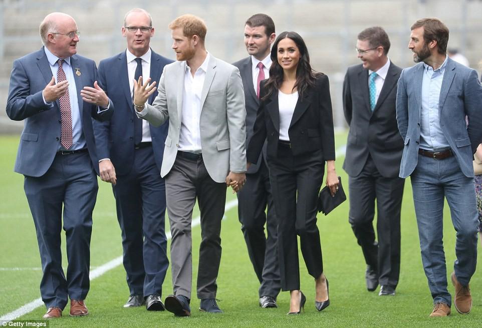 Meghan cùng chồng liên tục thể hiện tình cảm, Harry nói về việc sinh con trong chuyến công du đầu tiên - Ảnh 3.