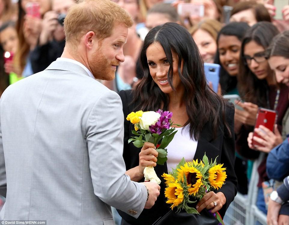 Meghan cùng chồng liên tục thể hiện tình cảm, Harry nói về việc sinh con trong chuyến công du đầu tiên - Ảnh 6.