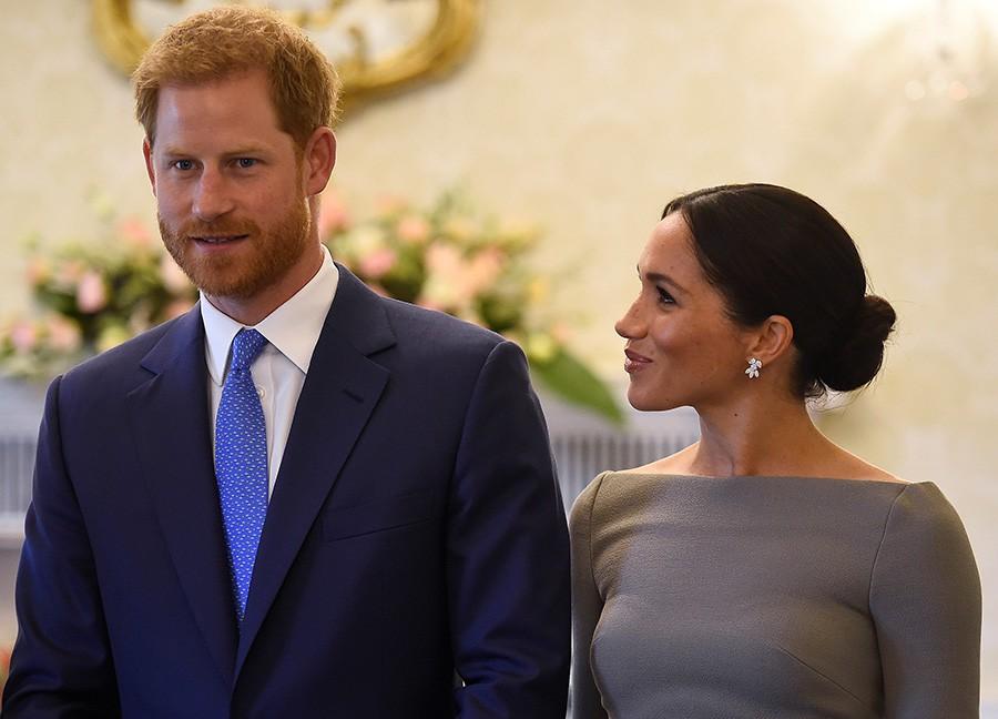 Meghan cùng chồng liên tục thể hiện tình cảm, Harry nói về việc sinh con trong chuyến công du đầu tiên - Ảnh 2.