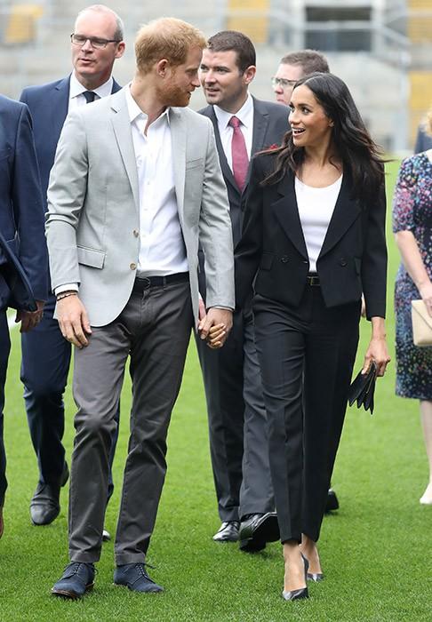 Meghan cùng chồng liên tục thể hiện tình cảm, Harry nói về việc sinh con trong chuyến công du đầu tiên - Ảnh 4.