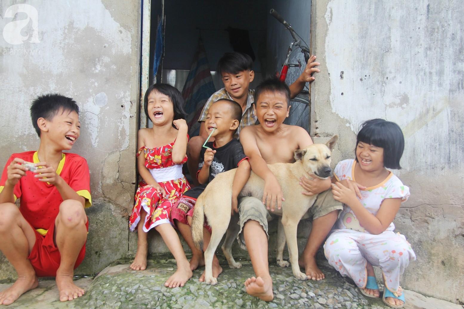 Phép màu đến với 8 đứa trẻ sống nheo nhóc bên bà ngoại già bại liệt: Tụi con ăn cơm với cá thịt và sắp được đến trường - Ảnh 1.