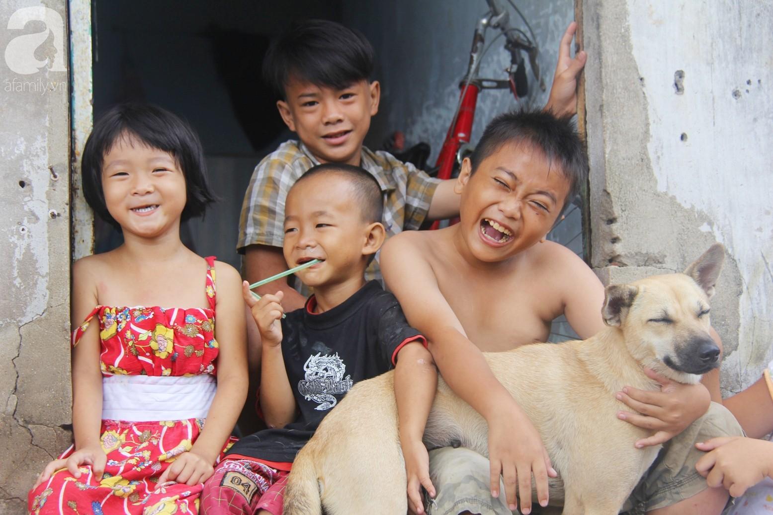 Phép màu đến với 8 đứa trẻ sống nheo nhóc bên bà ngoại già bại liệt: Tụi con ăn cơm với cá thịt và sắp được đến trường - Ảnh 8.