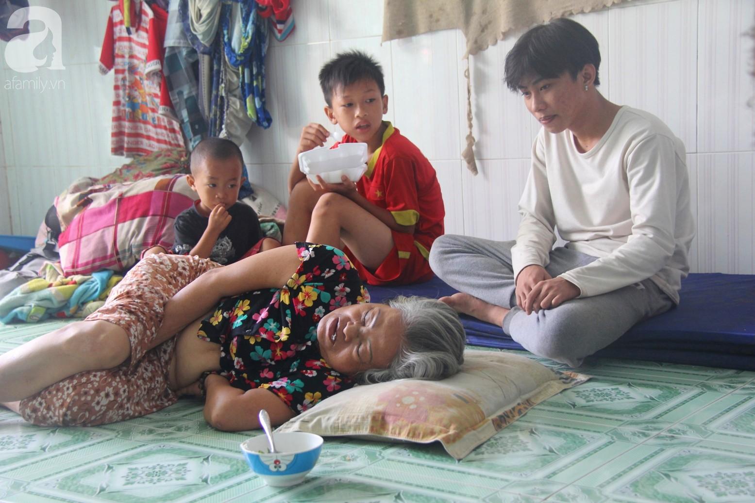 Phép màu đến với 8 đứa trẻ sống nheo nhóc bên bà ngoại già bại liệt: Tụi con ăn cơm với cá thịt và sắp được đến trường - Ảnh 2.