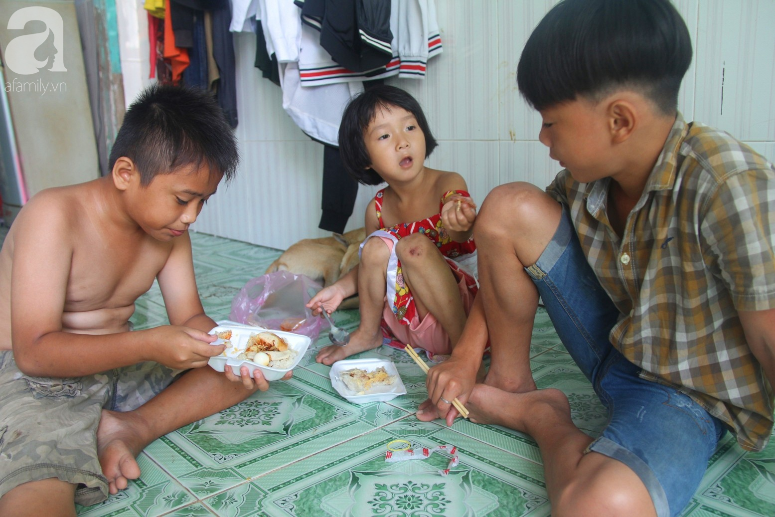 Phép màu đến với 8 đứa trẻ sống nheo nhóc bên bà ngoại già bại liệt: Tụi con ăn cơm với cá thịt và sắp được đến trường - Ảnh 4.