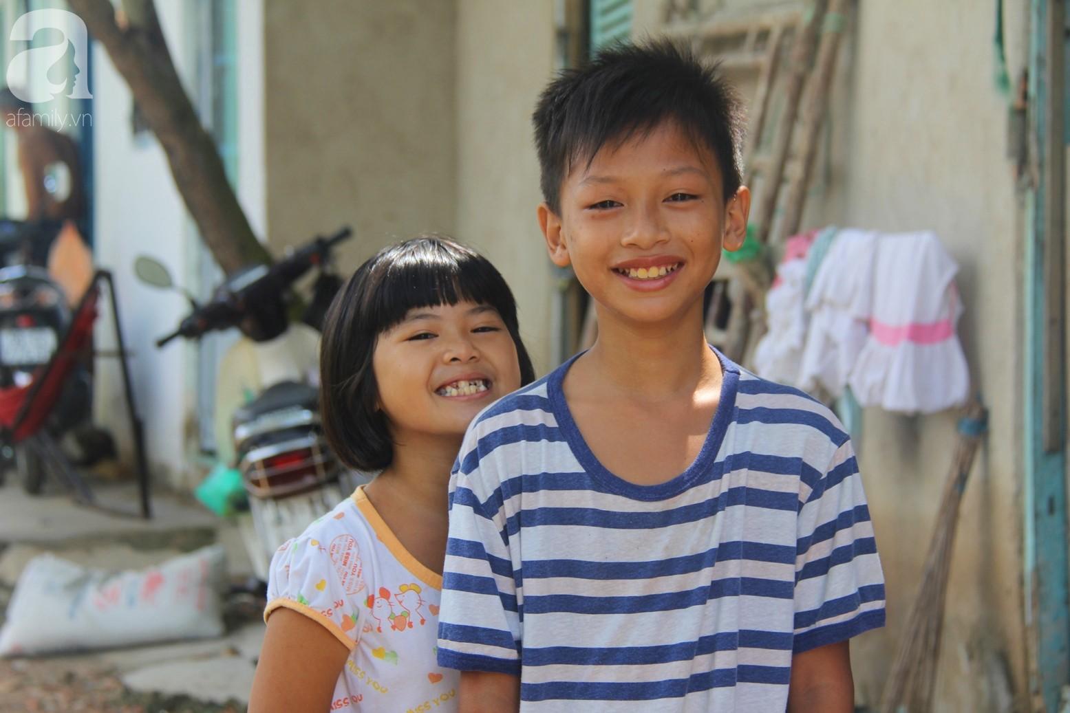 Phép màu đến với 8 đứa trẻ sống nheo nhóc bên bà ngoại già bại liệt: Tụi con ăn cơm với cá thịt và sắp được đến trường - Ảnh 6.