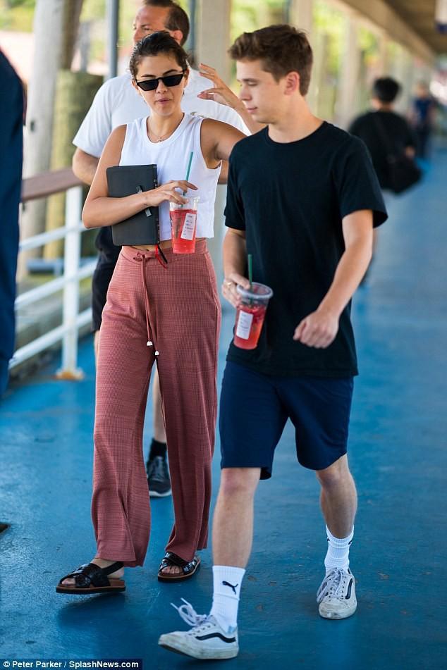 Sự thật về mối quan hệ của Selena Gomez với bạn trai tin đồn trông giống Brooklyn Beckham - Ảnh 1.
