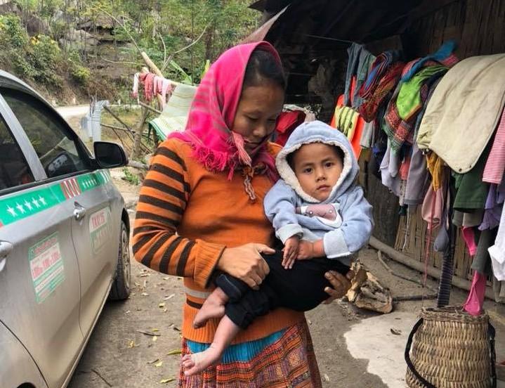 Vàng Thị Pàng - cô bé nghèo tật nguyền với gia cảnh khốn khó gây bão MXH năm ngoái nay đã có thể tự đi được trên đôi chân mình - Ảnh 4.