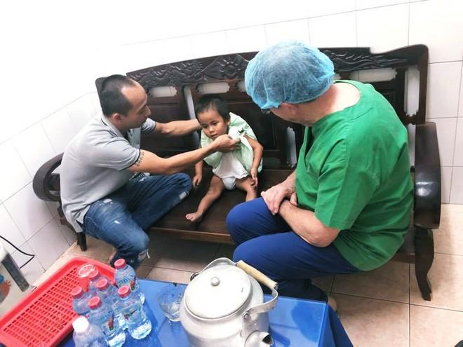 Vàng Thị Pàng - cô bé nghèo tật nguyền với gia cảnh khốn khó gây bão MXH năm ngoái nay đã có thể tự đi được trên đôi chân mình - Ảnh 5.