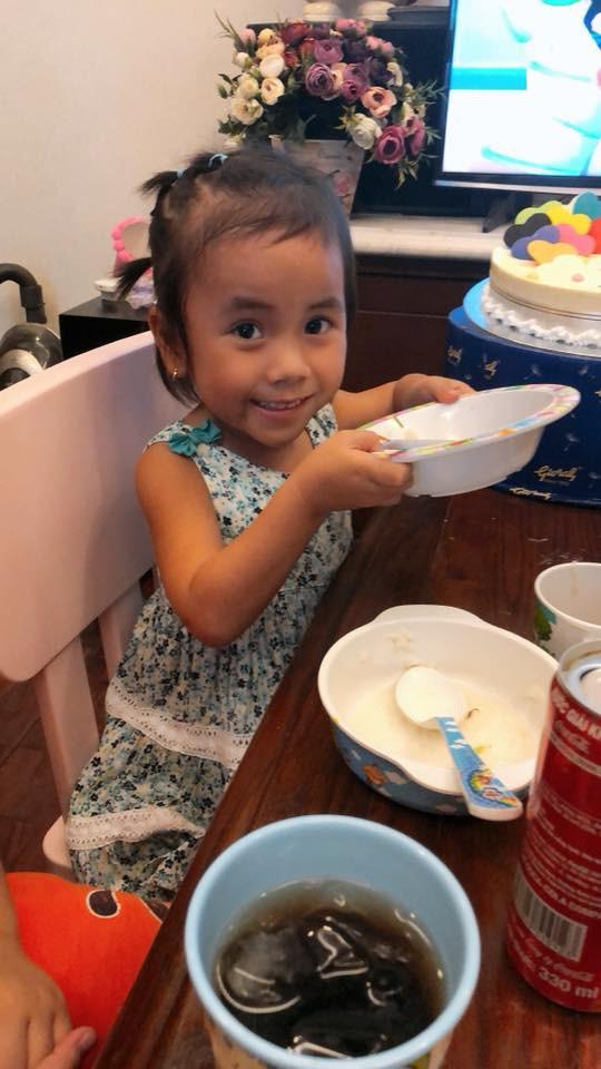 Vàng Thị Pàng - cô bé nghèo tật nguyền với gia cảnh khốn khó gây bão MXH năm ngoái nay đã có thể tự đi được trên đôi chân mình - Ảnh 8.