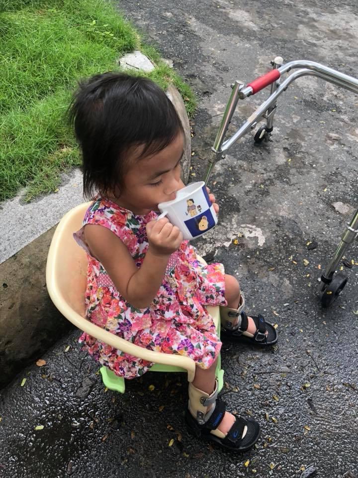 Vàng Thị Pàng - cô bé nghèo tật nguyền với gia cảnh khốn khó gây bão MXH năm ngoái nay đã có thể tự đi được trên đôi chân mình - Ảnh 9.