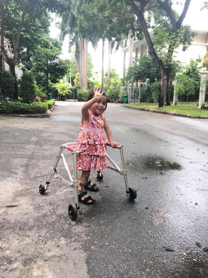 Vàng Thị Pàng - cô bé nghèo tật nguyền với gia cảnh khốn khó gây bão MXH năm ngoái nay đã có thể tự đi được trên đôi chân mình - Ảnh 1.