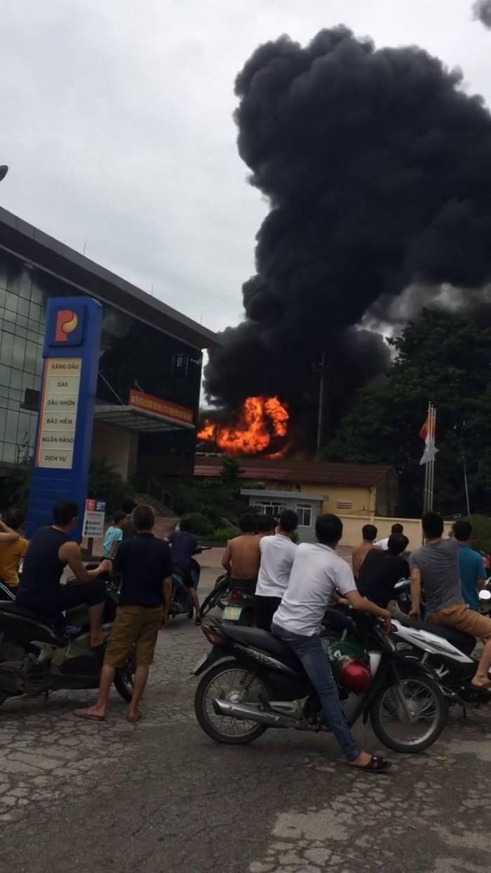 Bắc Ninh: Cháy nổ lớn tại trạm điện sát vách cây xăng, người dân bỏ chạy toán loạn - Ảnh 1.