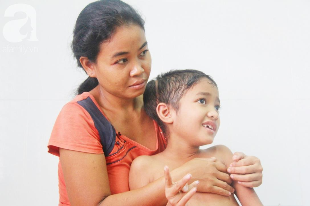 Không có tiền chữa bệnh, bé trai 10 tuổi bị u não cầu xin bố mẹ cho về nhà sống những ngày cuối cùng gia đình - Ảnh 3.