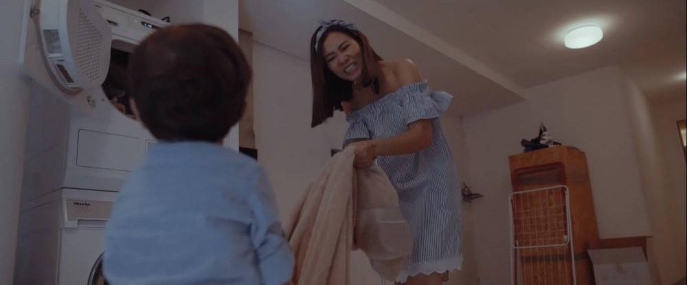 Mẹ bỉm sữa Thu Minh hé lộ những hình ảnh chăm sóc con trai đáng yêu - Ảnh 1.