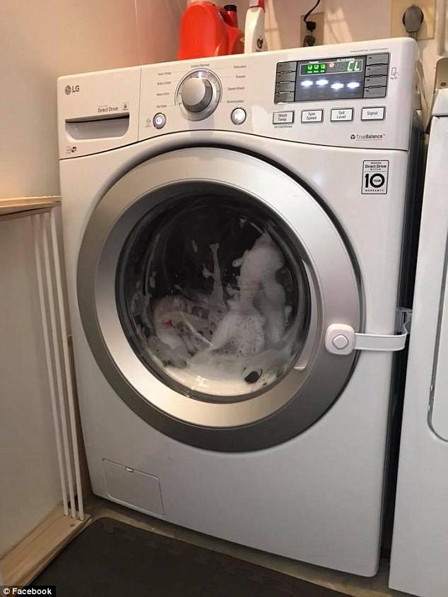 Con trai báo tin dữ, bố mẹ lập tức đi kiểm tra và kinh hoàng phát hiện con gái la hét không ngừng trong máy giặt đang hoạt động  - Ảnh 2.