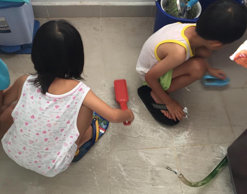 Mẹ giả bộ mệt để dụ 2 con làm việc nhà từ bé tí, kết quả hiện tại khiến ai cũng ngưỡng mộ - Ảnh 5.