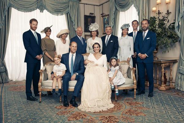 17 bức ảnh lung linh trong lễ rửa tội của các em bé Hoàng gia Anh, được cất giữ như báu vật vì hội tụ toàn nhân vật quyền lực - Ảnh 1.