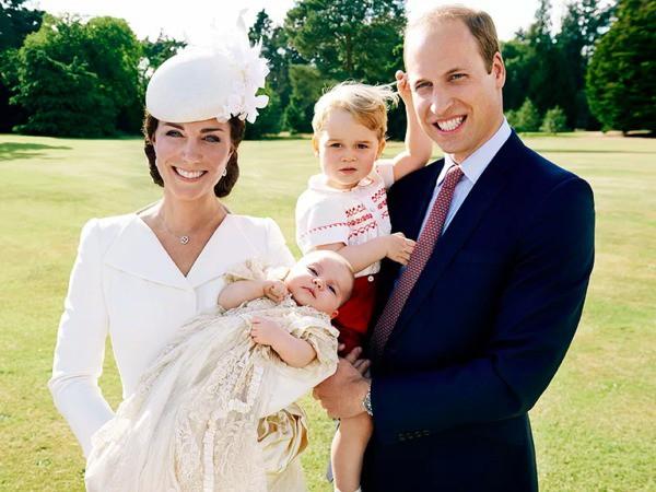 17 bức ảnh lung linh trong lễ rửa tội của các em bé Hoàng gia Anh, được cất giữ như báu vật vì hội tụ toàn nhân vật quyền lực - Ảnh 3.