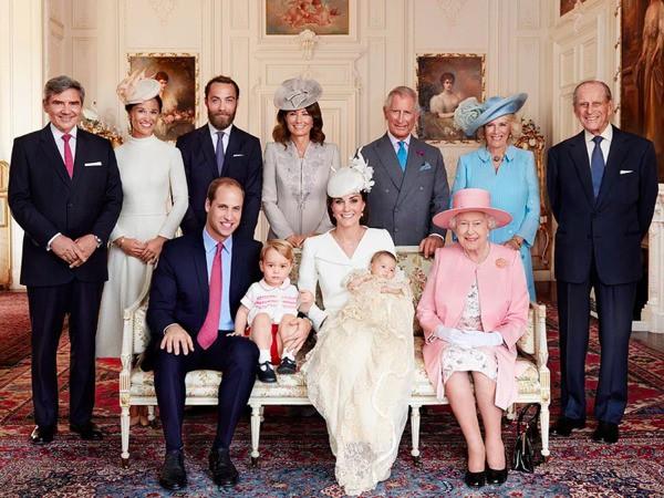 17 bức ảnh lung linh trong lễ rửa tội của các em bé Hoàng gia Anh, được cất giữ như báu vật vì hội tụ toàn nhân vật quyền lực - Ảnh 4.