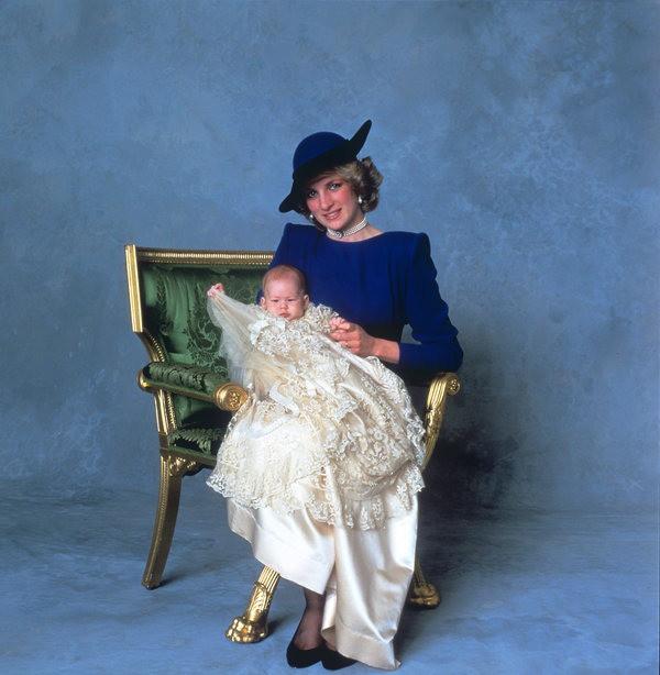 17 bức ảnh lung linh trong lễ rửa tội của các em bé Hoàng gia Anh, được cất giữ như báu vật vì hội tụ toàn nhân vật quyền lực - Ảnh 9.