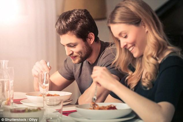 Rất nhiều người vẫn hay ăn tối thế này mà không biết nó làm tăng nguy cơ ung thư vú và ung thư tuyến tiền liệt - Ảnh 1.