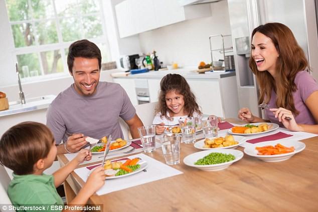 Rất nhiều người vẫn hay ăn tối thế này mà không biết nó làm tăng nguy cơ ung thư vú và ung thư tuyến tiền liệt - Ảnh 2.