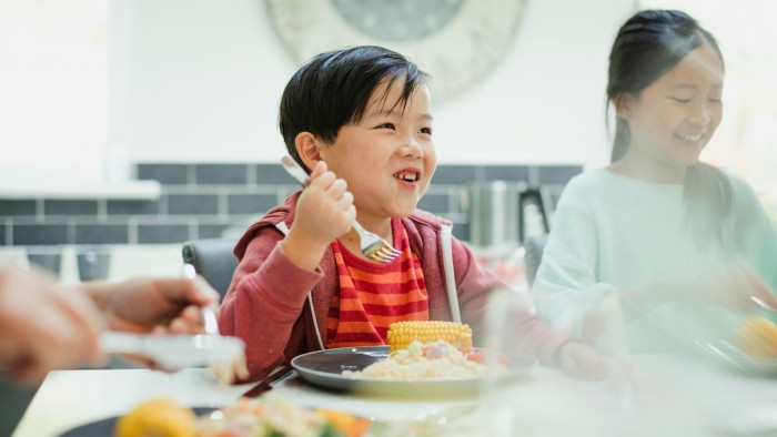 Cảm thấy cực hình khi đến giờ ăn của con, bà mẹ đã cho con ăn tối ngay lúc đi học về và kết quả thật bất ngờ - Ảnh 1.