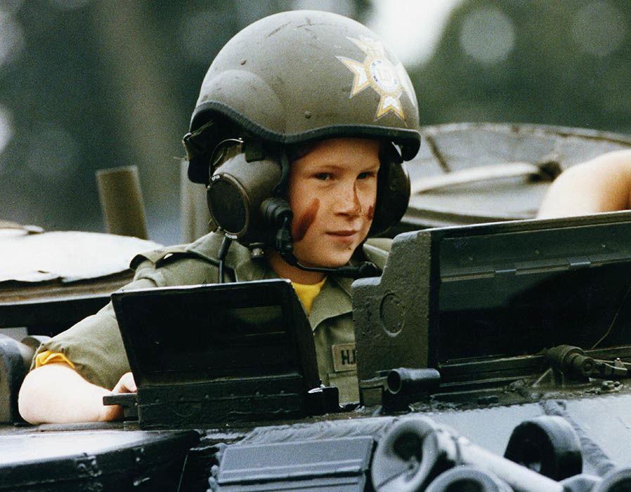Trước thềm sinh nhật mừng Hoàng tử George lên 5, công chúng tìm lại loạt ảnh hiếm thuở bé của thành viên Hoàng tộc và nhận ra điều thú vị - Ảnh 11.