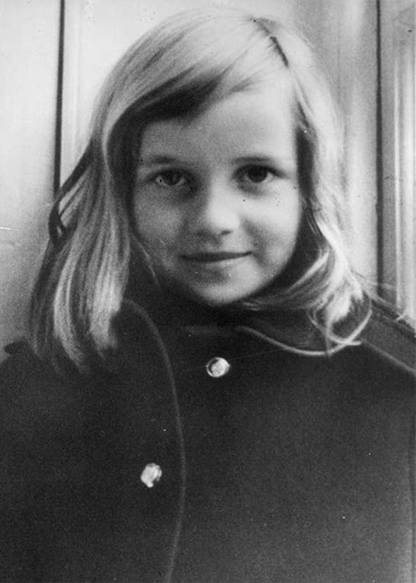 Trước thềm sinh nhật mừng Hoàng tử George lên 5, công chúng tìm lại loạt ảnh hiếm thuở bé của thành viên Hoàng tộc và nhận ra điều thú vị - Ảnh 4.