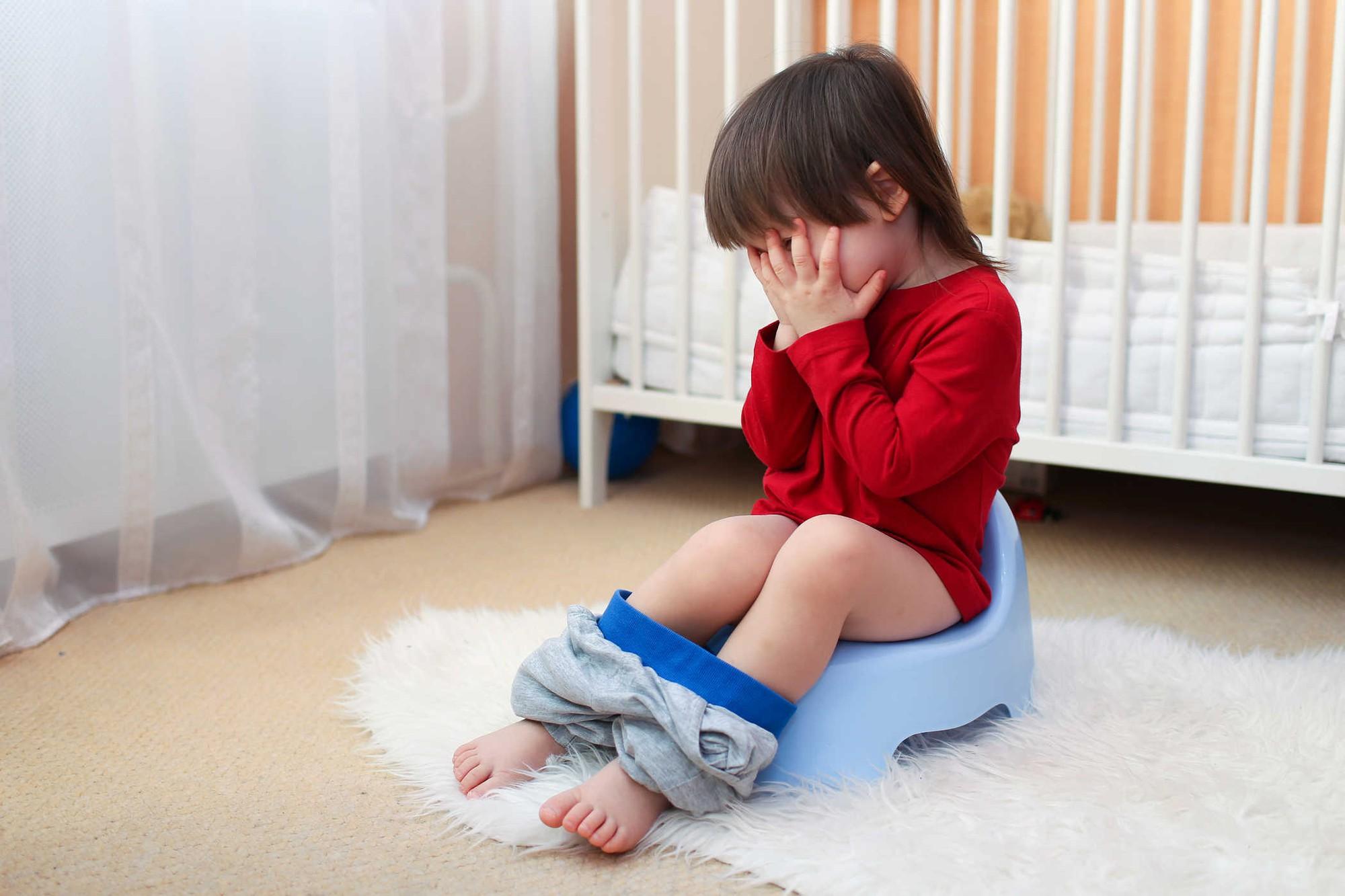 Các bước tập cho trẻ tự đi vệ sinh vào ban đêm, chấm dứt tình trạng đái dầm - Ảnh 1.