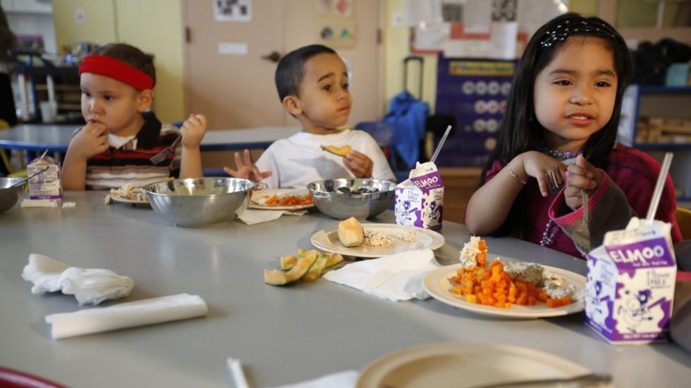 Cảm thấy cực hình khi đến giờ ăn của con, bà mẹ đã cho con ăn tối ngay lúc đi học về và kết quả thật bất ngờ - Ảnh 2.