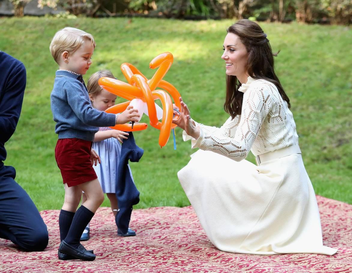 Hơn 40 bức ảnh ghi lại những khoảnh khắc cực đáng yêu cho thấy hành trình lớn lên của Hoàng tử George trong 5 năm đầu đời - Ảnh 19.