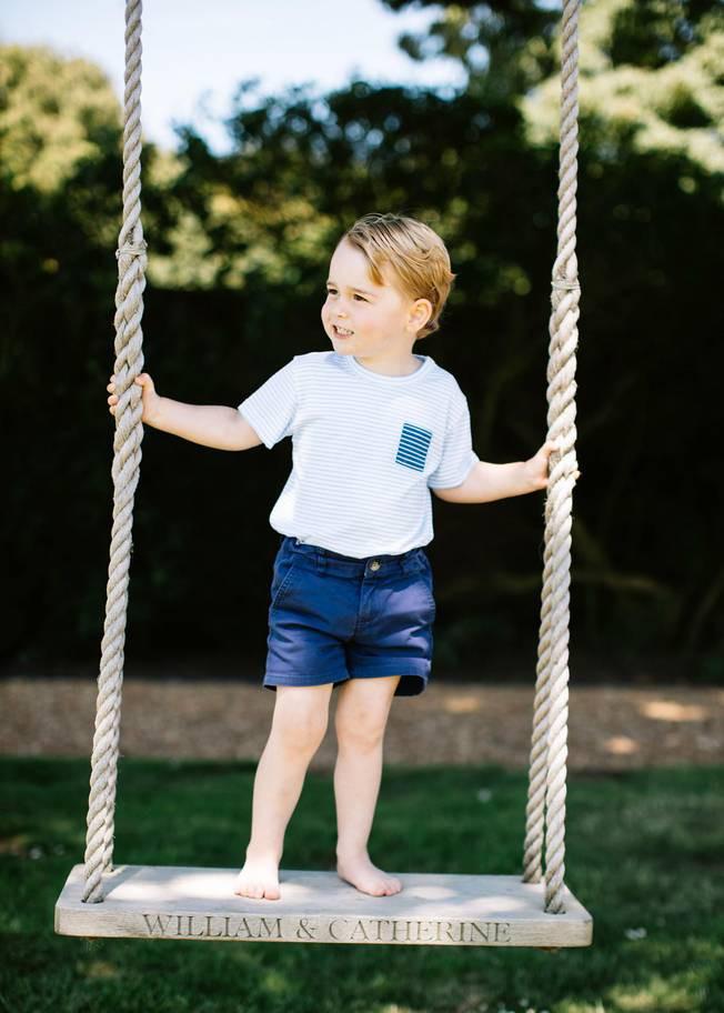 Hơn 40 bức ảnh ghi lại những khoảnh khắc cực đáng yêu cho thấy hành trình lớn lên của Hoàng tử George trong 5 năm đầu đời - Ảnh 24.