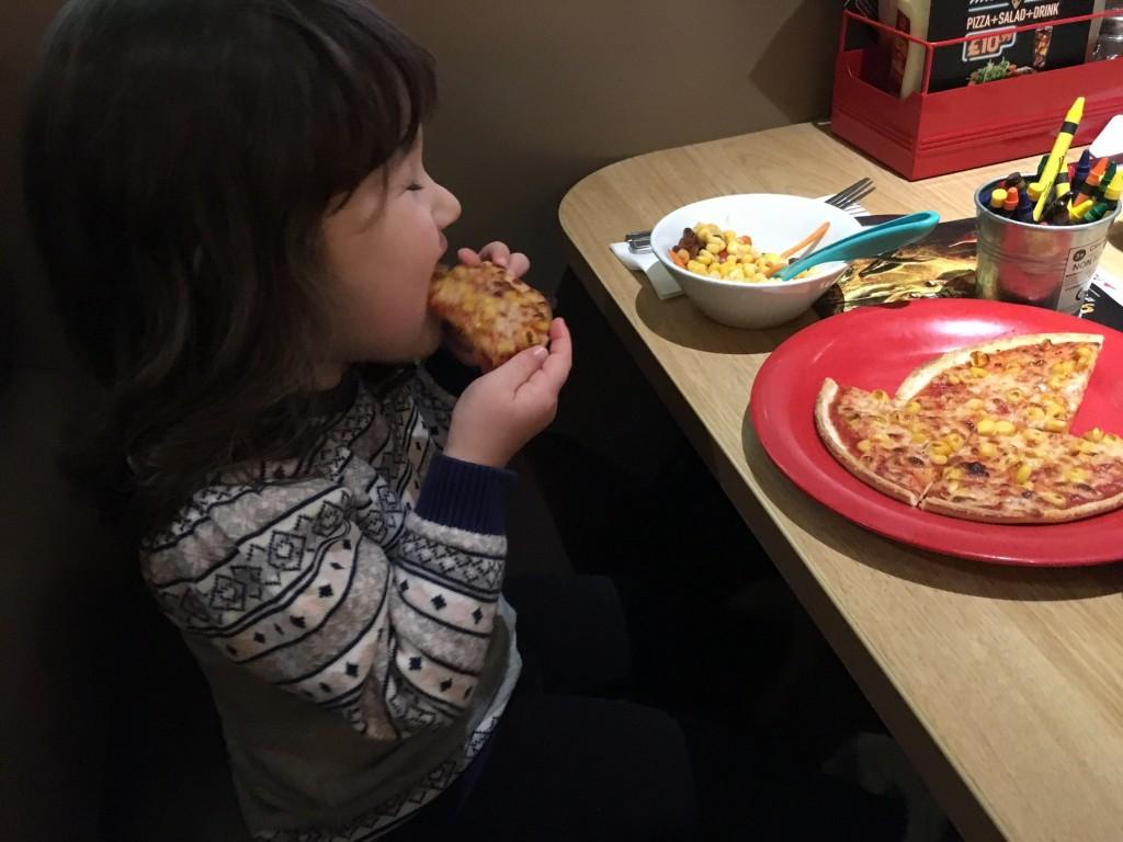 Cảm thấy cực hình khi đến giờ ăn của con, bà mẹ đã cho con ăn tối ngay lúc đi học về và kết quả thật bất ngờ - Ảnh 3.