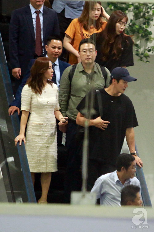Chỉ diện quần jean áo phông đơn giản nhưng tài tử Kwon Sang Woo vẫn đẹp trai ngời ngời khi đáp chuyến bay muộn đến Việt Nam - Ảnh 1.