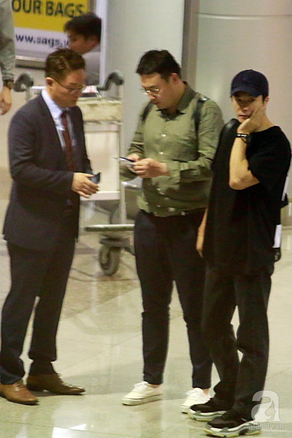 Chỉ diện quần jean áo phông đơn giản nhưng tài tử Kwon Sang Woo vẫn đẹp trai ngời ngời khi đáp chuyến bay muộn đến Việt Nam - Ảnh 2.