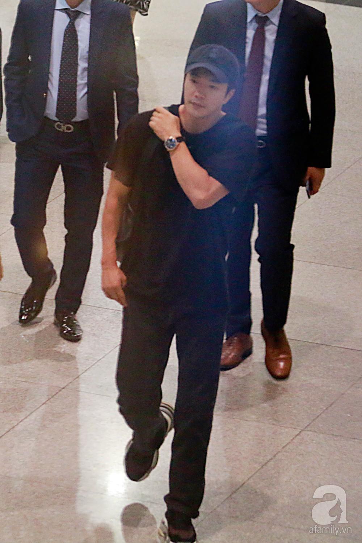Chỉ diện quần jean áo phông đơn giản nhưng tài tử Kwon Sang Woo vẫn đẹp trai ngời ngời khi đáp chuyến bay muộn đến Việt Nam - Ảnh 3.