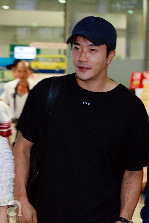 Chỉ diện quần jean áo phông đơn giản nhưng tài tử Kwon Sang Woo vẫn đẹp trai ngời ngời khi đáp chuyến bay muộn đến Việt Nam - Ảnh 6.