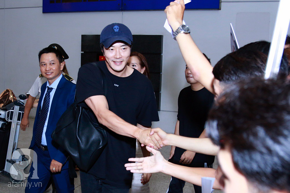 Chỉ diện quần jean áo phông đơn giản nhưng tài tử Kwon Sang Woo vẫn đẹp trai ngời ngời khi đáp chuyến bay muộn đến Việt Nam - Ảnh 7.