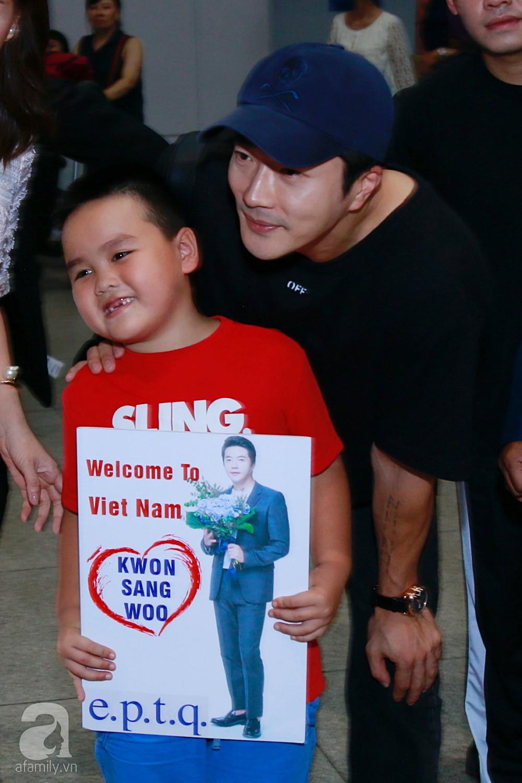 Chỉ diện quần jean áo phông đơn giản nhưng tài tử Kwon Sang Woo vẫn đẹp trai ngời ngời khi đáp chuyến bay muộn đến Việt Nam - Ảnh 9.