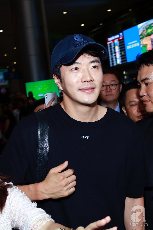 Chỉ diện quần jean áo phông đơn giản nhưng tài tử Kwon Sang Woo vẫn đẹp trai ngời ngời khi đáp chuyến bay muộn đến Việt Nam - Ảnh 11.