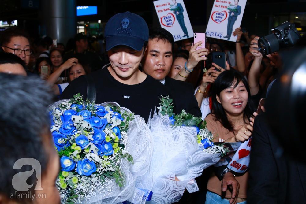 Chỉ diện quần jean áo phông đơn giản nhưng tài tử Kwon Sang Woo vẫn đẹp trai ngời ngời khi đáp chuyến bay muộn đến Việt Nam - Ảnh 13.