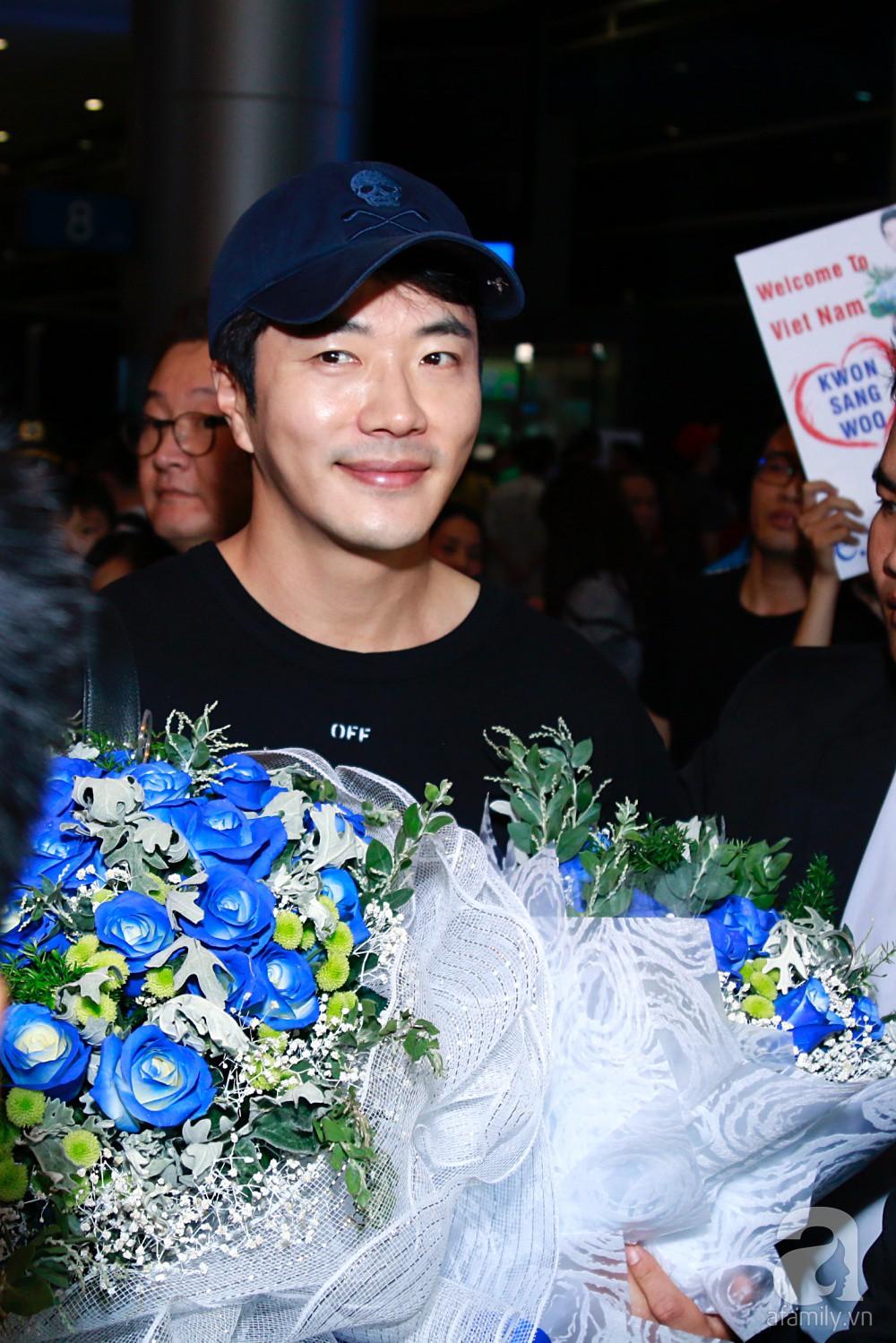 Chỉ diện quần jean áo phông đơn giản nhưng tài tử Kwon Sang Woo vẫn đẹp trai ngời ngời khi đáp chuyến bay muộn đến Việt Nam - Ảnh 14.
