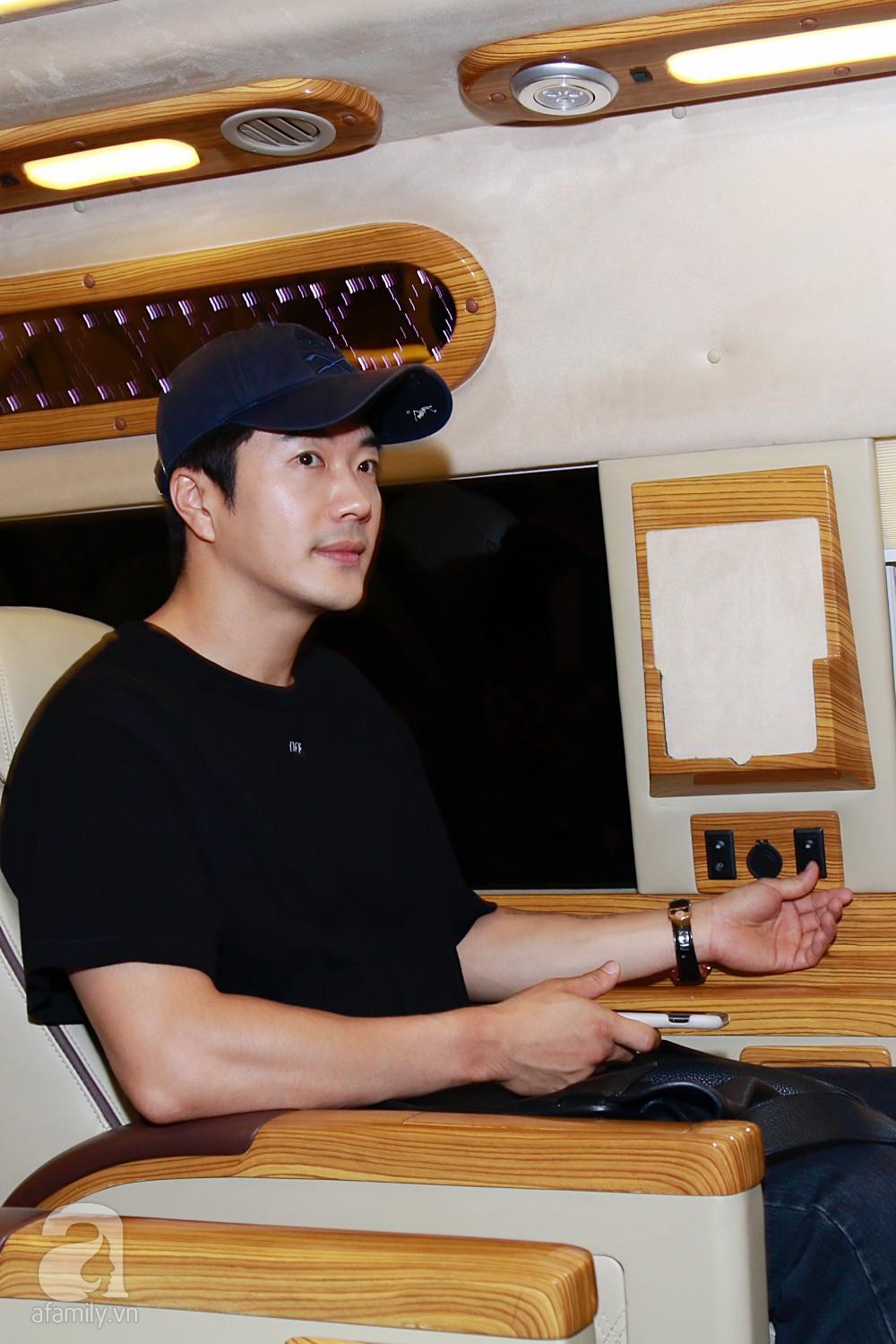 Chỉ diện quần jean áo phông đơn giản nhưng tài tử Kwon Sang Woo vẫn đẹp trai ngời ngời khi đáp chuyến bay muộn đến Việt Nam - Ảnh 17.