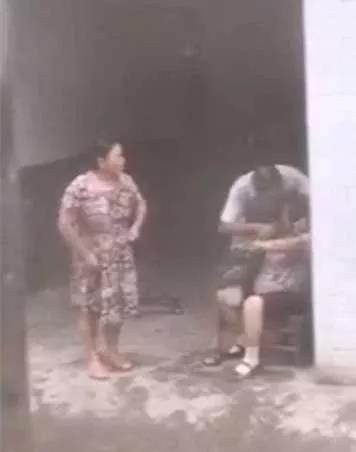 Trung Quốc: Không ngăn được vợ và mẹ cãi nhau, người đàn ông hành động bất hiếu rồi xin lỗi như chưa có gì xảy ra - Ảnh 2.